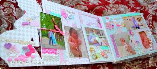 Наконец-то доделала альбом первого года жизни для моей доченьки Ксюши! альбом размером 30•30см, на 11 разворотов, вмещает в себя 250 фотографий размером 10•15 и меньших размеров,так же содержит теги и карточки для важных записей и развития доченьки!содержит тематические странички :В ожидании чуда,я родилась ,выписка из роддома,крестины,первый новый год,развитие малышки на каждый месяц (от 1до12) общую страничку роста! фото 3