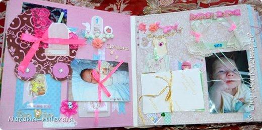 Наконец-то доделала альбом первого года жизни для моей доченьки Ксюши! альбом размером 30•30см, на 11 разворотов, вмещает в себя 250 фотографий размером 10•15 и меньших размеров,так же содержит теги и карточки для важных записей и развития доченьки!содержит тематические странички :В ожидании чуда,я родилась ,выписка из роддома,крестины,первый новый год,развитие малышки на каждый месяц (от 1до12) общую страничку роста! фото 4