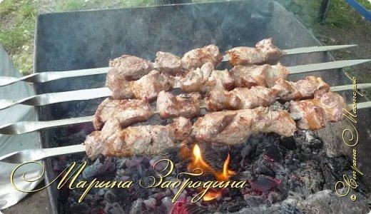 Здравствуйте! Главные принципы приготовления шашлыка из свинины очень просты. Самое главное выбрать мясо хорошего качества. Для приготовления шашлыка лучше покупать шейку, в результате у вас получится очень сочный и мягкий шашлык. фото 8