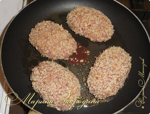 Привет! Сегодня поделюсь очередным рецептом. Будем готовить очень нежные котлеты из индейки. Для их приготовления используем филе бедра индейки. Гарниром для таких котлеток может служить отварной рис, обжаренные овощи, картошка, картофельное пюре и многое другое. Перед подачей котлетки можно украсить зеленью укропа или петрушки. Подавать их можно с соусом (прекрасно подойдет сливочный или сливочно-чесночный).  фото 8