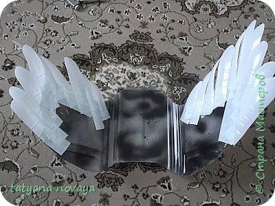 Добрый день всем жителям СМ! Хочу поделиться опытом по созданию лебедей из пластика. Я покажу как выполняла чёрного лебедя и немного белого. фото 24