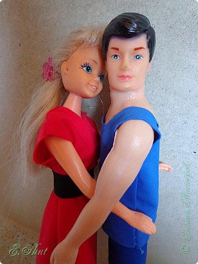 Доброго времени суток, соседушки! Как поживаете? Вот, познакомьтесь, это Игорь и Наташа. Мой блог назван так не случайно, ведь каждой из этих кукол около 20 лет (!) и все это время они считаются парой. Мне их отдала жена старшего брата. Это когда - то были ее любимые куколки, и мне перешли, можно сказать, по наследству.  Наталья и Игорь Грачевы приехали в Париж (где и живут все мои куколки) недавно. Они оба работают в цирке: Игорь - дрессировщик, а Таша - гимнастка. Им  35 и 33 года, вместе они уже почти 15 лет! фото 3