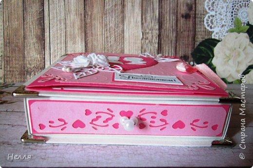 Заказали свадебную коробочку для денег. Времени для изготовления было несколько дней - вечеров, такой получился результат. Использовала: ватман, дизайнерский картон, вырубку, уголки, бусинки, тычинки, уголки. фото 2