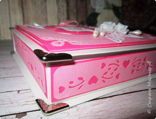 Заказали свадебную коробочку для денег. Времени для изготовления было несколько дней - вечеров, такой получился результат. Использовала: ватман, дизайнерский картон, вырубку, уголки, бусинки, тычинки, уголки. фото 3