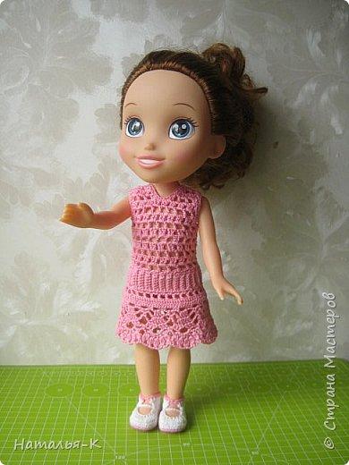 Здравствуйте дорогие жители и гости Страны Мастеров! Насмотрелась я и обзавидовалась как девчата вяжут наряды на диснеевских кукол, был повод подарить внучке на день рождения такую куклу (конечно же ещё и с умыслом) ведь заказы непременно пойдут ко мне!  Ростик у неё не большой всего 35 см. Волосы у неё ниже пояса, сейчас завязала хвост, чтобы не мешали показу нарядов. фото 1