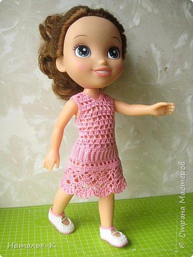Здравствуйте дорогие жители и гости Страны Мастеров! Насмотрелась я и обзавидовалась как девчата вяжут наряды на диснеевских кукол, был повод подарить внучке на день рождения такую куклу (конечно же ещё и с умыслом) ведь заказы непременно пойдут ко мне!  Ростик у неё не большой всего 35 см. Волосы у неё ниже пояса, сейчас завязала хвост, чтобы не мешали показу нарядов. фото 2