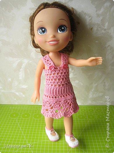 Здравствуйте дорогие жители и гости Страны Мастеров! Насмотрелась я и обзавидовалась как девчата вяжут наряды на диснеевских кукол, был повод подарить внучке на день рождения такую куклу (конечно же ещё и с умыслом) ведь заказы непременно пойдут ко мне!  Ростик у неё не большой всего 35 см. Волосы у неё ниже пояса, сейчас завязала хвост, чтобы не мешали показу нарядов. фото 4