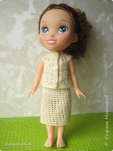 Здравствуйте дорогие жители и гости Страны Мастеров! Насмотрелась я и обзавидовалась как девчата вяжут наряды на диснеевских кукол, был повод подарить внучке на день рождения такую куклу (конечно же ещё и с умыслом) ведь заказы непременно пойдут ко мне!  Ростик у неё не большой всего 35 см. Волосы у неё ниже пояса, сейчас завязала хвост, чтобы не мешали показу нарядов. фото 7