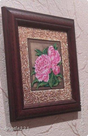 Вышивка размером 20 на 20 см. Её особенности в том, что пионы вышиваются ювелирным бисером, а рамка — обычным. фото 3