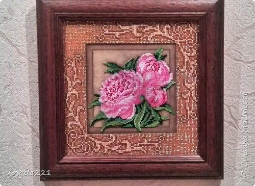 Вышивка размером 20 на 20 см. Её особенности в том, что пионы вышиваются ювелирным бисером, а рамка — обычным. фото 1