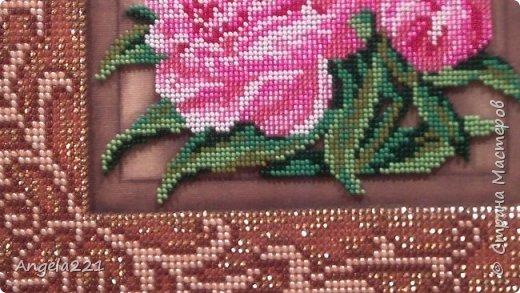 Вышивка размером 20 на 20 см. Её особенности в том, что пионы вышиваются ювелирным бисером, а рамка — обычным. фото 2