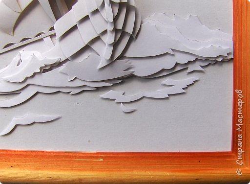 Вот такой парусник мы сегодня попробуем сделать. Размер работы - А4. Для работы нам понадобится белая плотная бумага (я взял ватманский лист) или тонкий белый картон. Ни в коем случае не делайте из тонкой бумаги - она не будет держать объем. фото 20