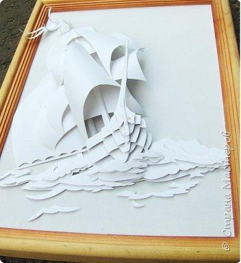 Вот такой парусник мы сегодня попробуем сделать. Размер работы - А4. Для работы нам понадобится белая плотная бумага (я взял ватманский лист) или тонкий белый картон. Ни в коем случае не делайте из тонкой бумаги - она не будет держать объем. фото 3