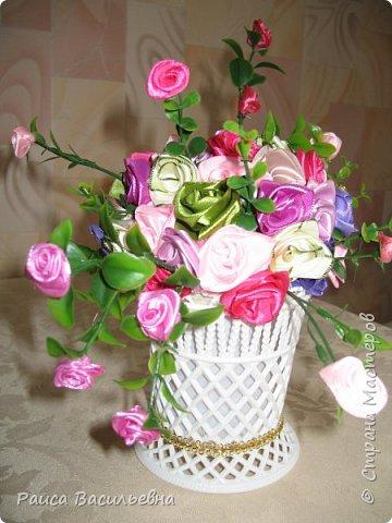 Здравствуйте, давно не выставляла свои новые работы. Вот небольшой настольный вазон с цветами ручной работы из лент шириной 2,5 см это розочки большие и мелкие розочки на ветках из лент шириной 1,2 см. фото 1