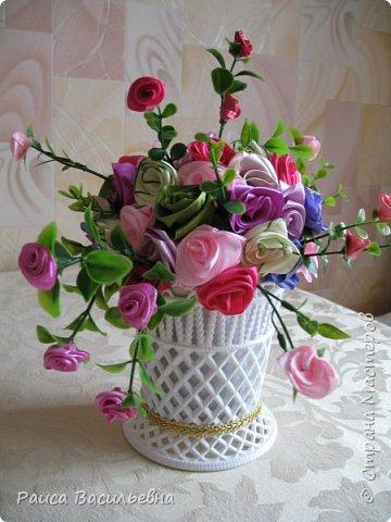 Здравствуйте, давно не выставляла свои новые работы. Вот небольшой настольный вазон с цветами ручной работы из лент шириной 2,5 см это розочки большие и мелкие розочки на ветках из лент шириной 1,2 см. фото 2