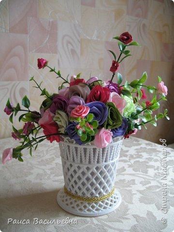 Здравствуйте, давно не выставляла свои новые работы. Вот небольшой настольный вазон с цветами ручной работы из лент шириной 2,5 см это розочки большие и мелкие розочки на ветках из лент шириной 1,2 см. фото 4