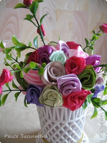Здравствуйте, давно не выставляла свои новые работы. Вот небольшой настольный вазон с цветами ручной работы из лент шириной 2,5 см это розочки большие и мелкие розочки на ветках из лент шириной 1,2 см. фото 3