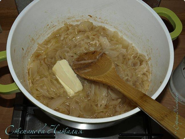 Рецепт посвящаю Наташе СКВО! Назвала я его просто луковый суп. Но я расскажу как готовят именно французский луковый суп. Для французского здесь не хватает двух составляющих, если их добавить будет уже не экономно!  фото 8