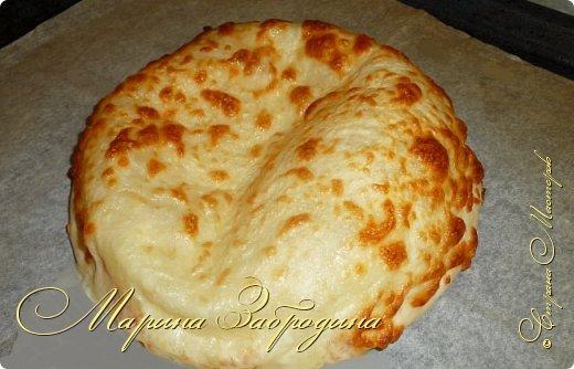 Хачапури по-мегрельски — один из разновидностей грузинского хачапури, рецептов которых множество. Его форма — круглая, в качестве начинки — сыр, чем его больше, тем выпечка вкуснее. Смазывается яичным желтком и также покрывается сыром. Очень вкусно! Подается хачапури по-мегрельски в теплом виде на завтрак или ужин, с чаем или вином. Домашняя ароматная выпечка, много расплавленного сыра, хрустящая хлебная корочка — это бесподобно, просто не передать.  фото 10