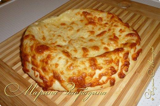 Хачапури по-мегрельски — один из разновидностей грузинского хачапури, рецептов которых множество. Его форма — круглая, в качестве начинки — сыр, чем его больше, тем выпечка вкуснее. Смазывается яичным желтком и также покрывается сыром. Очень вкусно! Подается хачапури по-мегрельски в теплом виде на завтрак или ужин, с чаем или вином. Домашняя ароматная выпечка, много расплавленного сыра, хрустящая хлебная корочка — это бесподобно, просто не передать.  фото 11