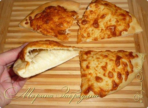Хачапури по-мегрельски — один из разновидностей грузинского хачапури, рецептов которых множество. Его форма — круглая, в качестве начинки — сыр, чем его больше, тем выпечка вкуснее. Смазывается яичным желтком и также покрывается сыром. Очень вкусно! Подается хачапури по-мегрельски в теплом виде на завтрак или ужин, с чаем или вином. Домашняя ароматная выпечка, много расплавленного сыра, хрустящая хлебная корочка — это бесподобно, просто не передать.  фото 1