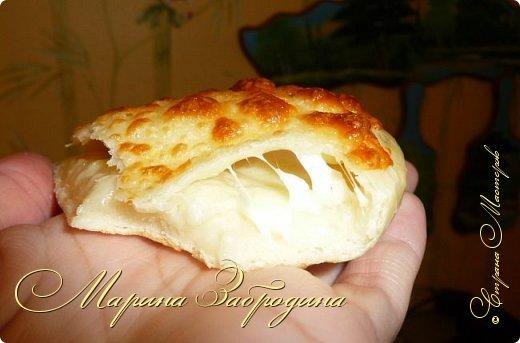Хачапури по-мегрельски — один из разновидностей грузинского хачапури, рецептов которых множество. Его форма — круглая, в качестве начинки — сыр, чем его больше, тем выпечка вкуснее. Смазывается яичным желтком и также покрывается сыром. Очень вкусно! Подается хачапури по-мегрельски в теплом виде на завтрак или ужин, с чаем или вином. Домашняя ароматная выпечка, много расплавленного сыра, хрустящая хлебная корочка — это бесподобно, просто не передать.  фото 15