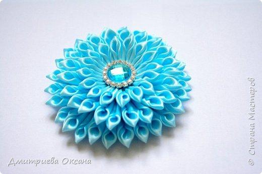 Мастер-класс в технике Канзаши. Сегодня в мастер-классе мы будем делать своими руками украшение для волос - цветок Канзаши для волос.  Цветок  делаем из атласных лент шириной 5 см.  В работе также используем красивую серединку для цветка. Удачи в творчестве!!!  фото 2