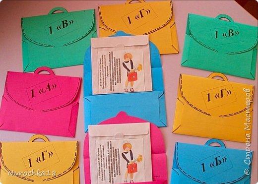 """К одному открытому районному мероприятию мне необходимо было подготовить для каждого участника небольшие сюрпризы-сувениры. Бумага - один из самых моих любимых материалов, поэтому я сразу остановилась на нём. Так """"родились"""" первоклашки Наташки и первоклассники Даники. У многих участников того мероприятия мои первоклассники """"живут"""" в кабинетах. Таких бумажных сувенирных кукол можно подготовить не только к выпускному, но и к 1 сентября, и ко Дню учителя. Большое спасибо моим коллегам, они помогли мне подготовить таких кукол вовремя и в короткие сроки. фото 16"""
