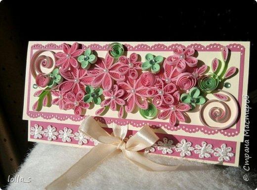 """Вот и вторая моя работа после """"отпуска"""" - конвертик для денег на свадьбу. Основа-картон нежного кремового цвета и насыщенного розового цвета. Декорирован цветами, листиками и завитками в технике квиллинг в розово-мятной цветовой гамме. Серединки цветочков украшены полубусинками. Завязывается с помощью двух атласных лент. Сам карманчик украшен кружевом. Размер конвертика 16,5х8,5 см. фото 1"""