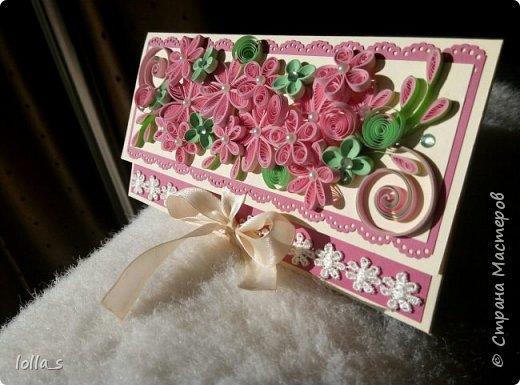 """Вот и вторая моя работа после """"отпуска"""" - конвертик для денег на свадьбу. Основа-картон нежного кремового цвета и насыщенного розового цвета. Декорирован цветами, листиками и завитками в технике квиллинг в розово-мятной цветовой гамме. Серединки цветочков украшены полубусинками. Завязывается с помощью двух атласных лент. Сам карманчик украшен кружевом. Размер конвертика 16,5х8,5 см. фото 2"""