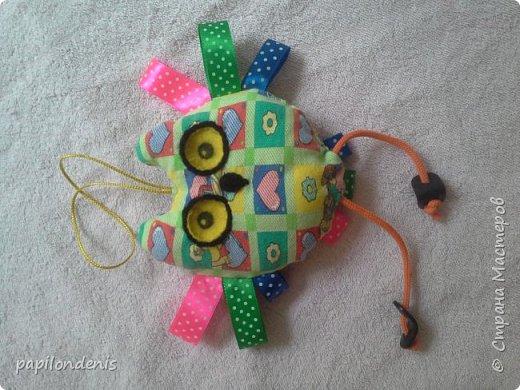 Всем - здравствуйте! Недавно озаботилась изготовлением развивающих игрушек для своего малыша. Развивающая книжка пока лежит в долгострое. Остальное выложу здесь. Практически всё это нам рано :-)  А самый живой отклик у ребёнка нашел красный кружок из фетра с нашитой на него жесткой стороной застёжки-липучки. Ну ещё сову с удовольствием за ножки-перетяжки тянет. И в рот, конечно все, что можно и что нельзя, тянет. К слову, малышу 9 месяцев   фото 8
