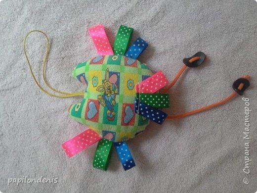 Всем - здравствуйте! Недавно озаботилась изготовлением развивающих игрушек для своего малыша. Развивающая книжка пока лежит в долгострое. Остальное выложу здесь. Практически всё это нам рано :-)  А самый живой отклик у ребёнка нашел красный кружок из фетра с нашитой на него жесткой стороной застёжки-липучки. Ну ещё сову с удовольствием за ножки-перетяжки тянет. И в рот, конечно все, что можно и что нельзя, тянет. К слову, малышу 9 месяцев   фото 9