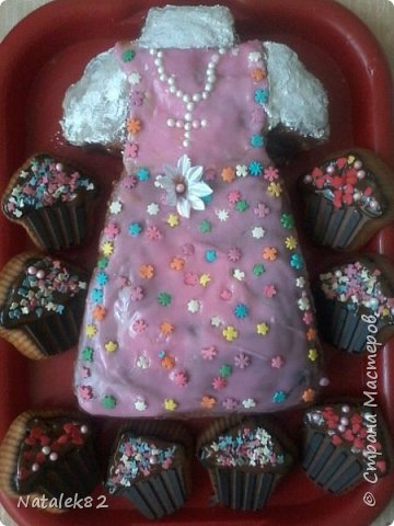 Вот такой тортик или пирог я испекла и оформила для своей крестнице.В один из пирожных я спрятала монетку...кому достанется монетка, то того ждет счастье круглый год
