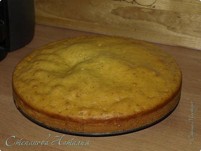 Добрый день! Купила я себе облепиху, протертую с сахаром и что-то не пошла она у меня, а кроме меня её все терпеть не могут. Сижу и вспоминаю, мама всегда пекла пирог с вареньем, варенье стоит давно, есть никто не хочет, она раз его и в пирог, уминался только так! Позвонила ей, начала искать рецепт, нашла! Вот перед вами этот пирог. Только мамин был темно коричневый с фиолетовыми разводами, варенье почти всегда было смородиновое! фото 1