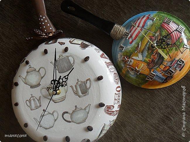 Здравствуйте, Мастера и Мастерицы. Мне понравилась идея часов из сковородок. Решила тоже сделать и вот что получилось. Описывать особо нечего. Декупаж, дорисовка фона.  фото 1