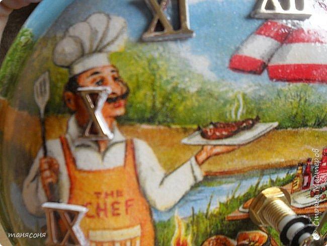 Здравствуйте, Мастера и Мастерицы. Мне понравилась идея часов из сковородок. Решила тоже сделать и вот что получилось. Описывать особо нечего. Декупаж, дорисовка фона.  фото 3