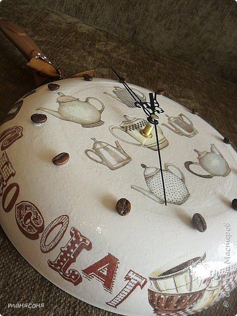 Здравствуйте, Мастера и Мастерицы. Мне понравилась идея часов из сковородок. Решила тоже сделать и вот что получилось. Описывать особо нечего. Декупаж, дорисовка фона.  фото 9