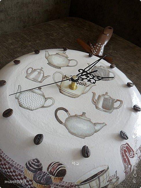 Здравствуйте, Мастера и Мастерицы. Мне понравилась идея часов из сковородок. Решила тоже сделать и вот что получилось. Описывать особо нечего. Декупаж, дорисовка фона.  фото 10