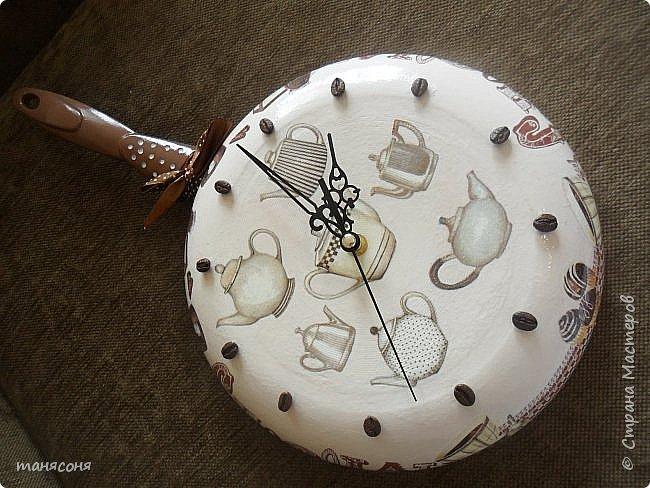 Здравствуйте, Мастера и Мастерицы. Мне понравилась идея часов из сковородок. Решила тоже сделать и вот что получилось. Описывать особо нечего. Декупаж, дорисовка фона.  фото 5
