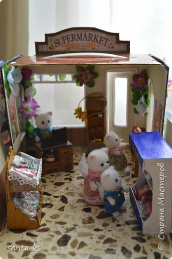 Здравствуйте мастера и мастерицы! После стройки века кукольного домика, о котором я писала здесь.http://stranamasterov.ru/node/1029195... захотелось малых и компактных форм. И решили мы с дочкой ,что нам просто необходимо для семейки персидских котиков из Сильвании сделать супермаркет. Тем более под рукой оказалась коробочка из под кукольной мебели , которую подарила бабуля на день рождение для кукольного домика. фото 15