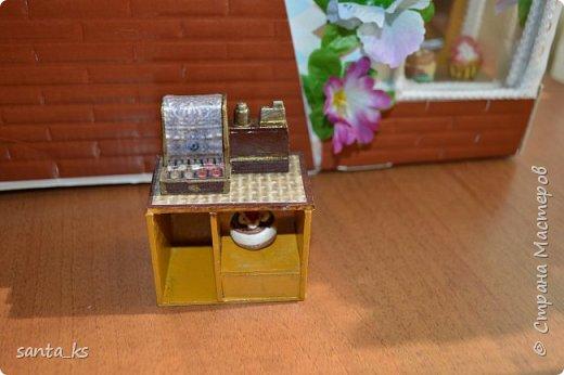Здравствуйте мастера и мастерицы! После стройки века кукольного домика, о котором я писала здесь.http://stranamasterov.ru/node/1029195... захотелось малых и компактных форм. И решили мы с дочкой ,что нам просто необходимо для семейки персидских котиков из Сильвании сделать супермаркет. Тем более под рукой оказалась коробочка из под кукольной мебели , которую подарила бабуля на день рождение для кукольного домика. фото 7