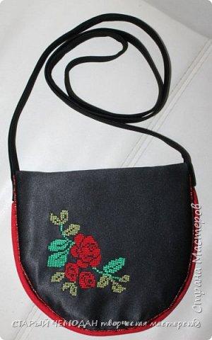 Маленькая атласная сумочка на длинном ремешке, с вышитой крестом розой и контрастной отделкой. Она не идеальна по технике исполнения, но очень милая).   фото 2