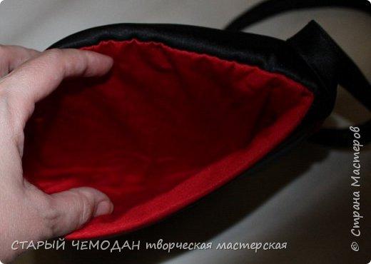 Маленькая атласная сумочка на длинном ремешке, с вышитой крестом розой и контрастной отделкой. Она не идеальна по технике исполнения, но очень милая).   фото 5