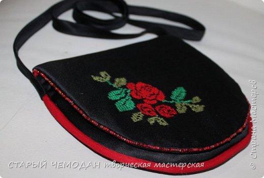 Маленькая атласная сумочка на длинном ремешке, с вышитой крестом розой и контрастной отделкой. Она не идеальна по технике исполнения, но очень милая).   фото 1