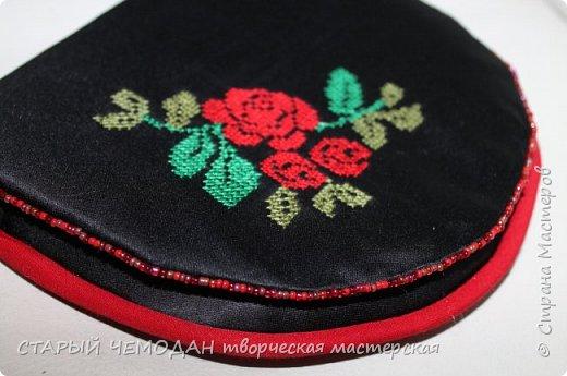 Маленькая атласная сумочка на длинном ремешке, с вышитой крестом розой и контрастной отделкой. Она не идеальна по технике исполнения, но очень милая).   фото 3