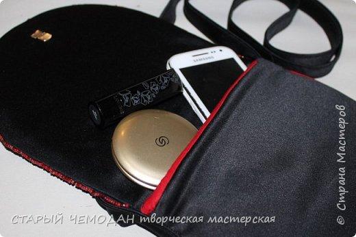 Маленькая атласная сумочка на длинном ремешке, с вышитой крестом розой и контрастной отделкой. Она не идеальна по технике исполнения, но очень милая).   фото 4