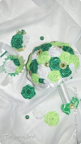 Свадебные образы в зеленом обрамлении до конца праздничного торжества будут выглядеть свежо и трогательно. Свадебный набор ( букет, бутоньерка, браслет на руку) фото 2