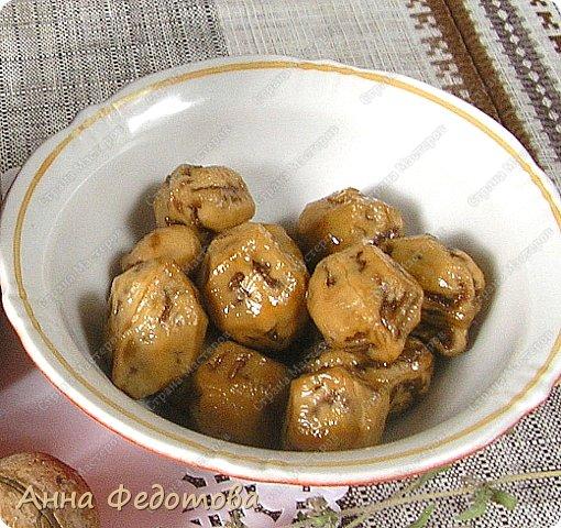Давно мечтала приготовить и попробовать такое необычайное, вкуснейшее варенье из зелёных грецких орехов! Но когда почитала рецепты, оказалось, что, чтобы орехи не горчили, их нужно вымачивать несколько дней, а то и две недели, я уж не говорю о рецептах, в которых присутствует известь. Начитавшись рецептов и комментариев к ним, выяснила, что ореховое варенье можно варить и без замачивания, и без извести, если орехи сразу же почистить. Попробовала так и сделать — и варенье вышло отличное, совершенно не горчит! К тому же орешки в нём получились не чёрные, а красивого кремового цвета, упругие и вкусные, как конфетки! А ореховым сиропом можно поливать мороженое, оладушки и блинчики. На приготовление варенья ушло всего два дня, считая поездку за орехами :) фото 7