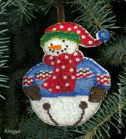 Пока гостила у родителей в деревне, по вечерам занималась вышиванием первого снеговичка для своей будущей новогодней елки. Готовь сани летом:)   Вот он, симпатяга:
