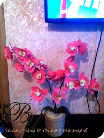 Когда-то я пробовала делать орхидеи... Но они были намного меньше и скромнее. И вот, решилась сделать побольше... самая густая веточка задумывалась выше... но стебель не выдерживал веса, и все пытался прилечь... фото 1